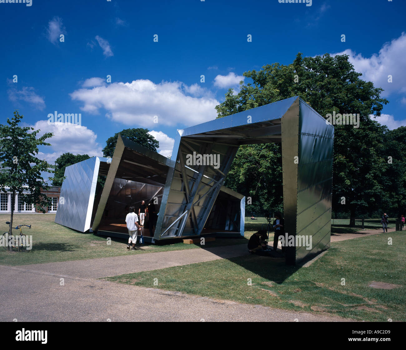 Serpentine Gallery Pavilion 2001, Eighteen Turns, Kensington Gardens, London. Used as a cafe. Architect: Daniel Libeskind - Stock Image