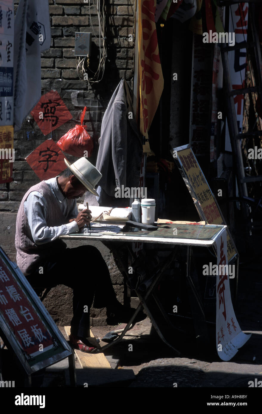 Scribe doing calligraphy on the streets of Chengdu China - Stock Image