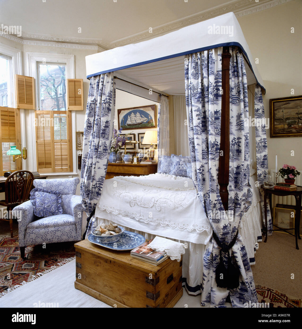 Bedroom with four poster bed with blue and white willow pattern stock photo 12384154 alamy - Four poster bed curtains ...