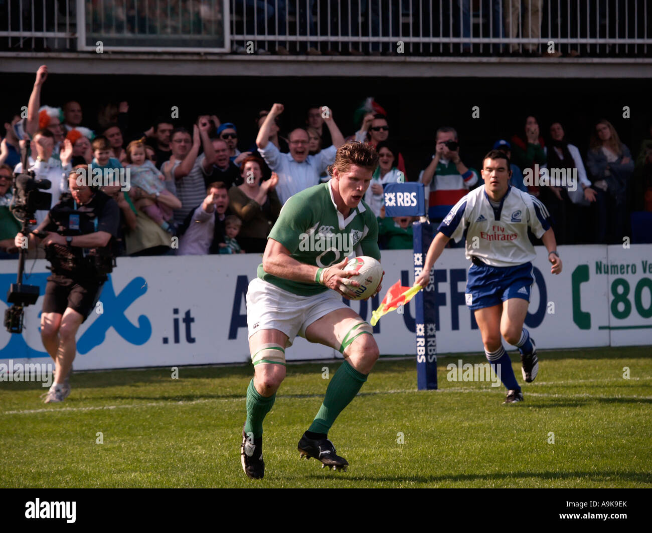 Simon Easterby carefully picks the spot to touch down for a 24th minute try make it 6 13 to Ireland - Stock Image