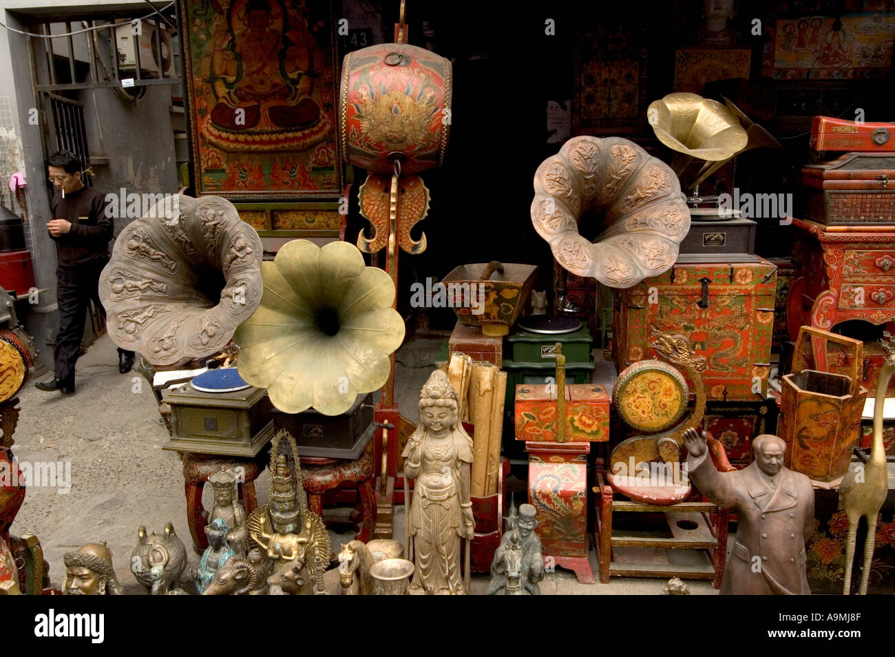 FAKE ANTIQUES FOR SALE IN DONGTAI LU ANTIQUE MARKET SHANGHAI CHINA ...