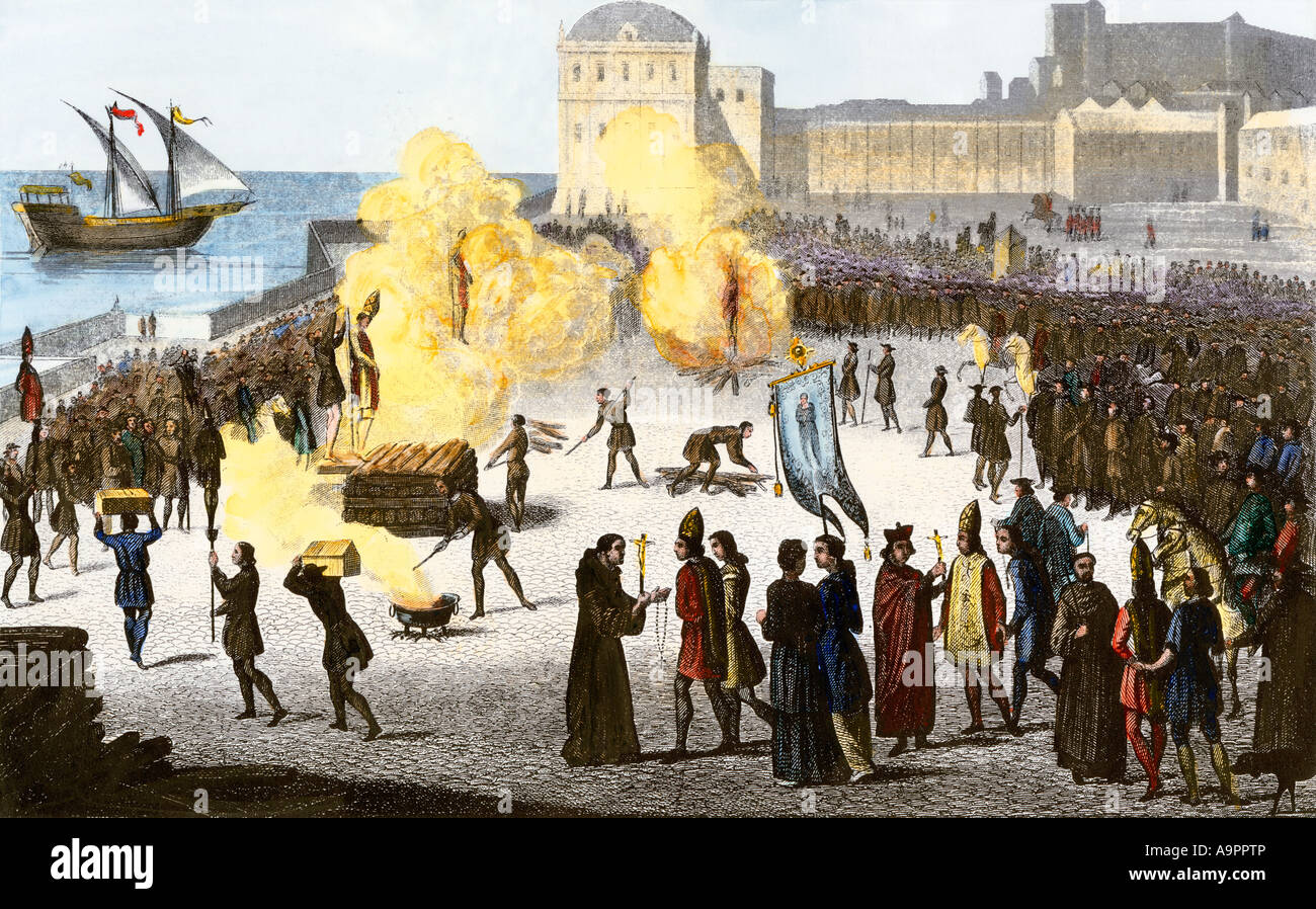 Burning bishops at the stake during the Spanish Inquisition. Hand-colored engraving - Stock Image