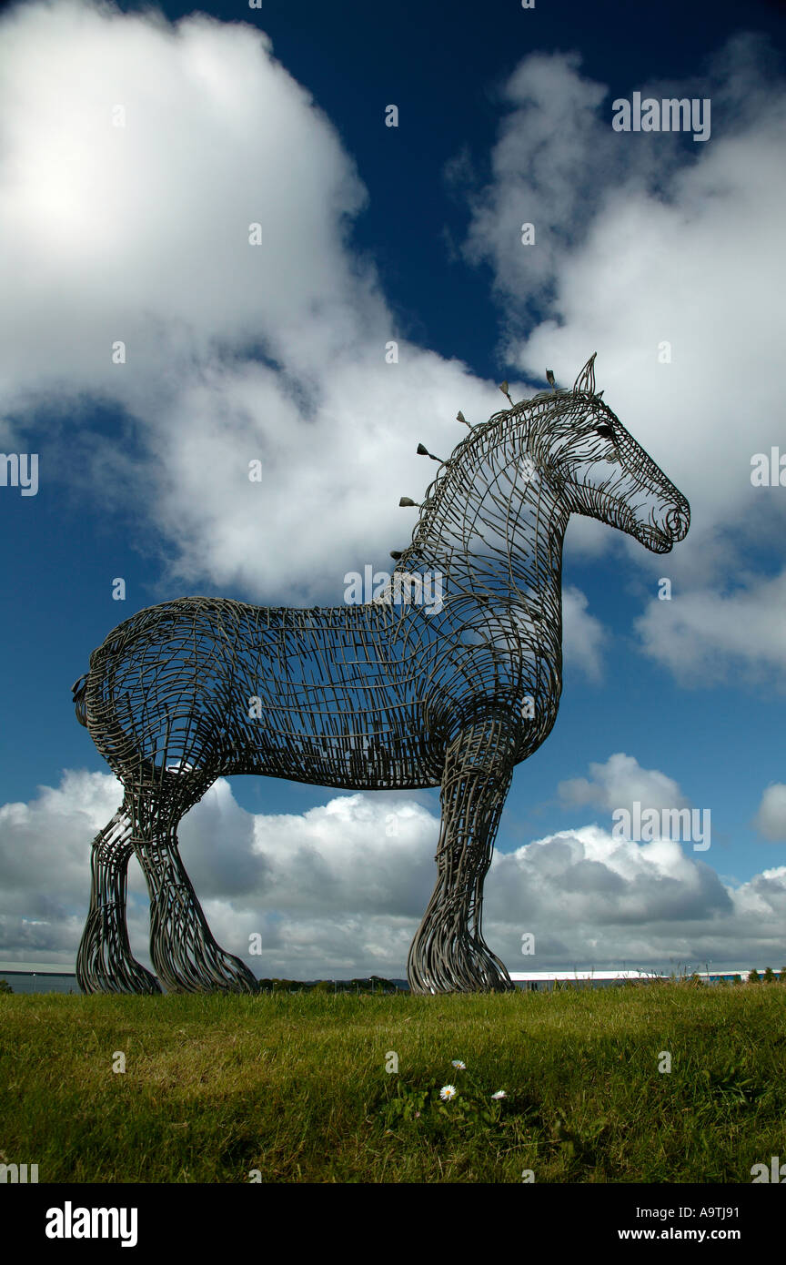 'The Clydesdale iron cage weave Heavy Horse' a huge 'model plough horse' beside the M8 Scotland - Stock Image