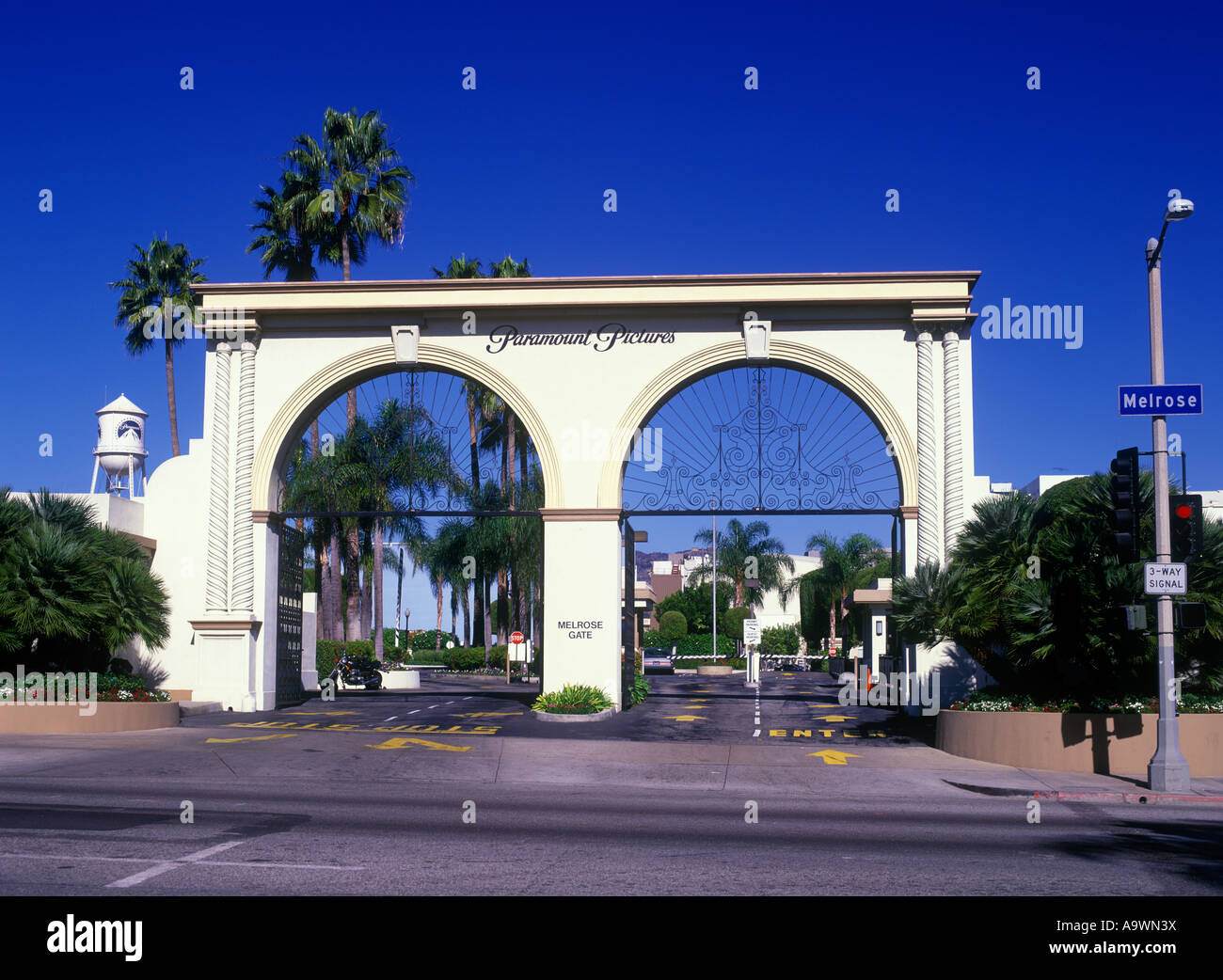 ENTRANCE GATE PARAMOUNT PICTURES MELROSE AVENUE HOLLYWOOD LOS ANGELES CALIFORNIA USA Stock Photo