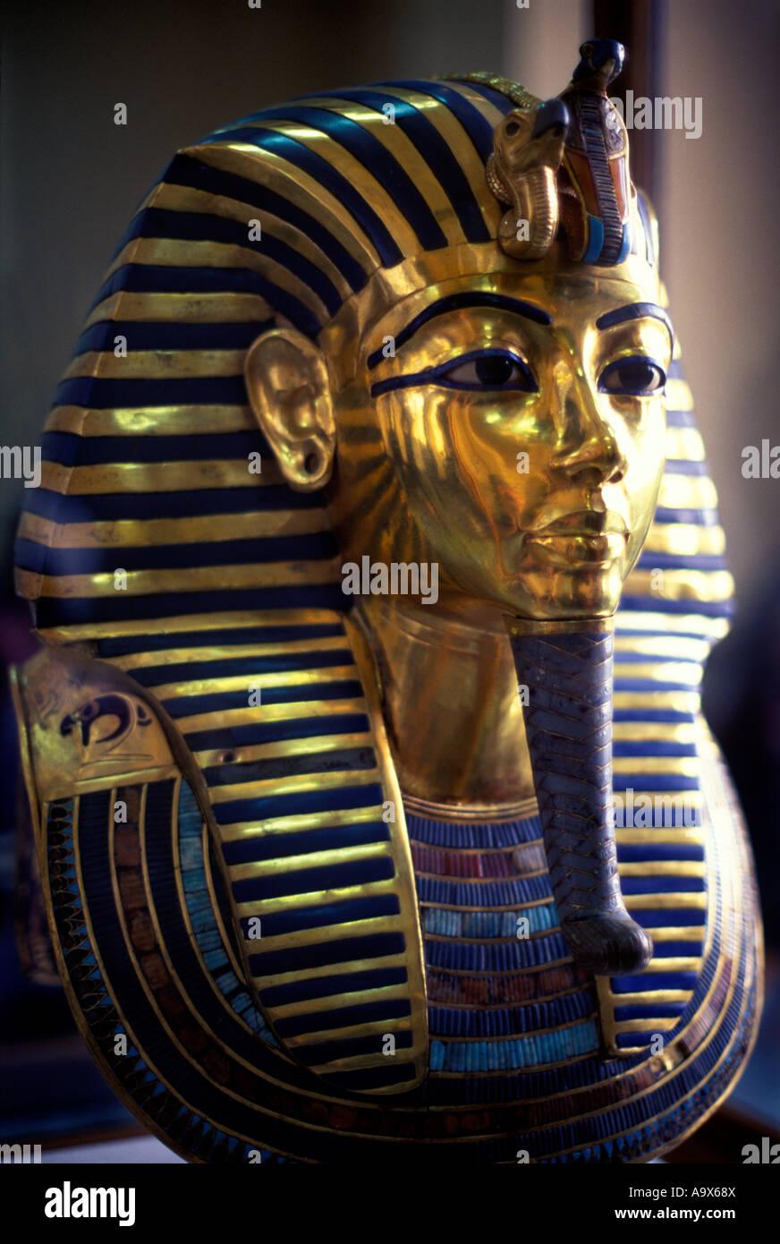GOLDEN EFFIGY DEATH MASK OF PHARAOH TUTANKHAMUN FACE EGYPTIAN ANTIQUITIES  MUSEUM CAIRO EGYPT - Stock Image