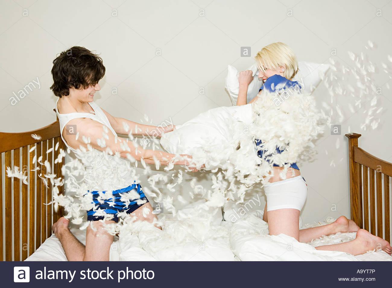 Лесбиянки дерутся подушками, зеленоглазую мулатку порно онлайн