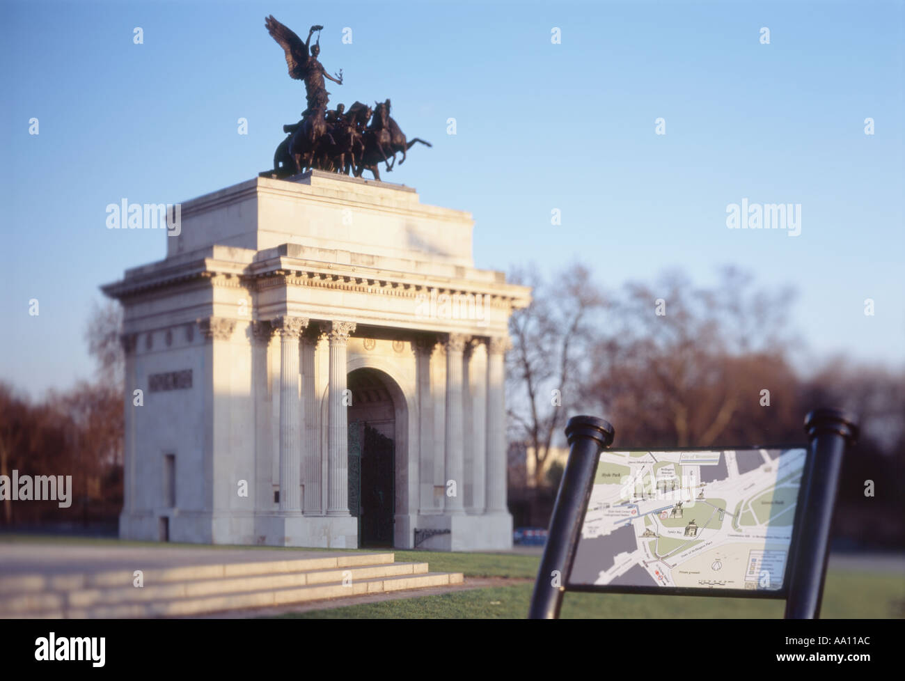 London Duke of Wellington Arch and Tourist Map near Londons Hyde Park by Steven Dusk - Stock Image