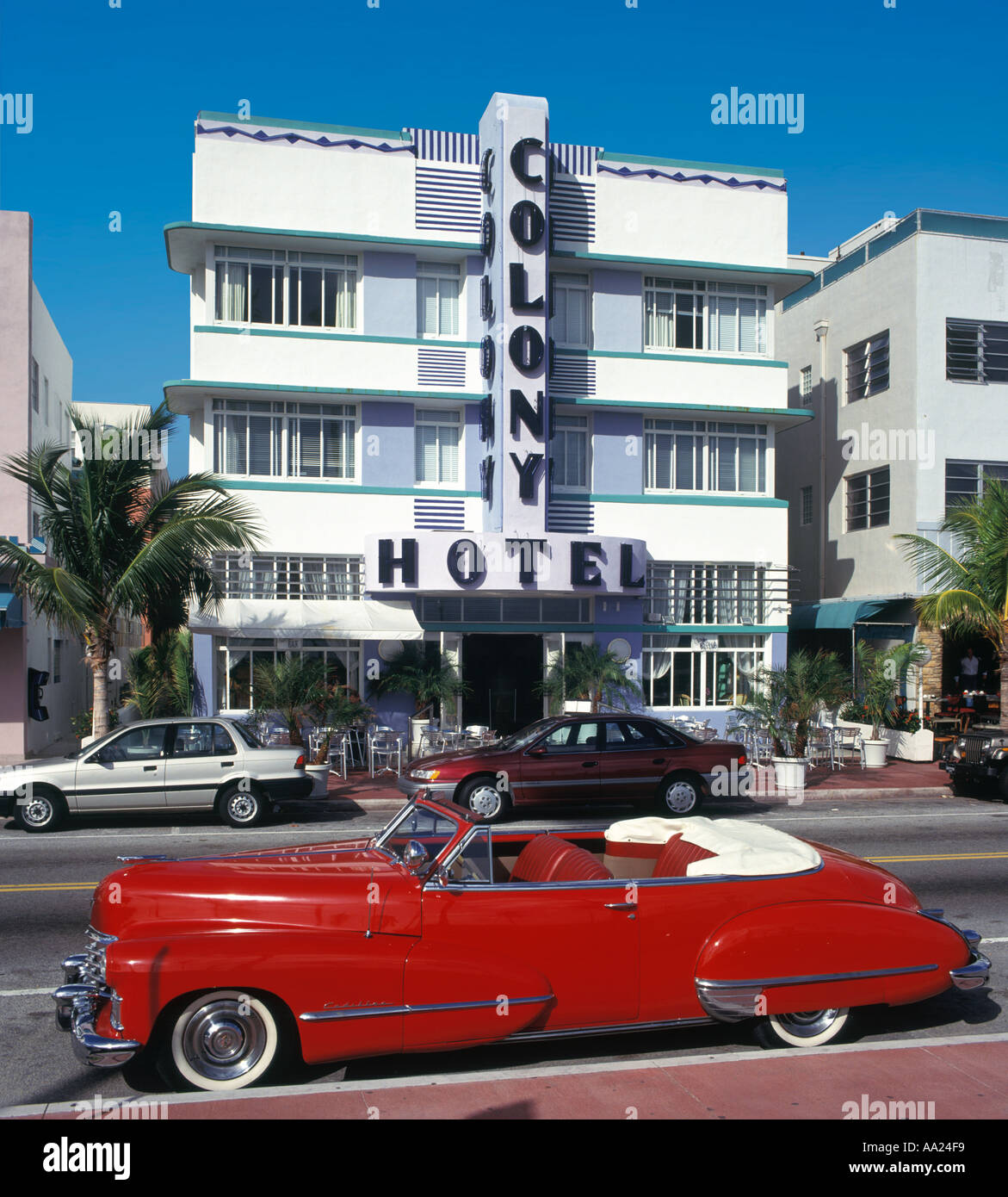 Vintage Car outside the art deco Colony Hotel, Ocean Drive, South Beach, Miami Beach, FL, USA - Stock Image