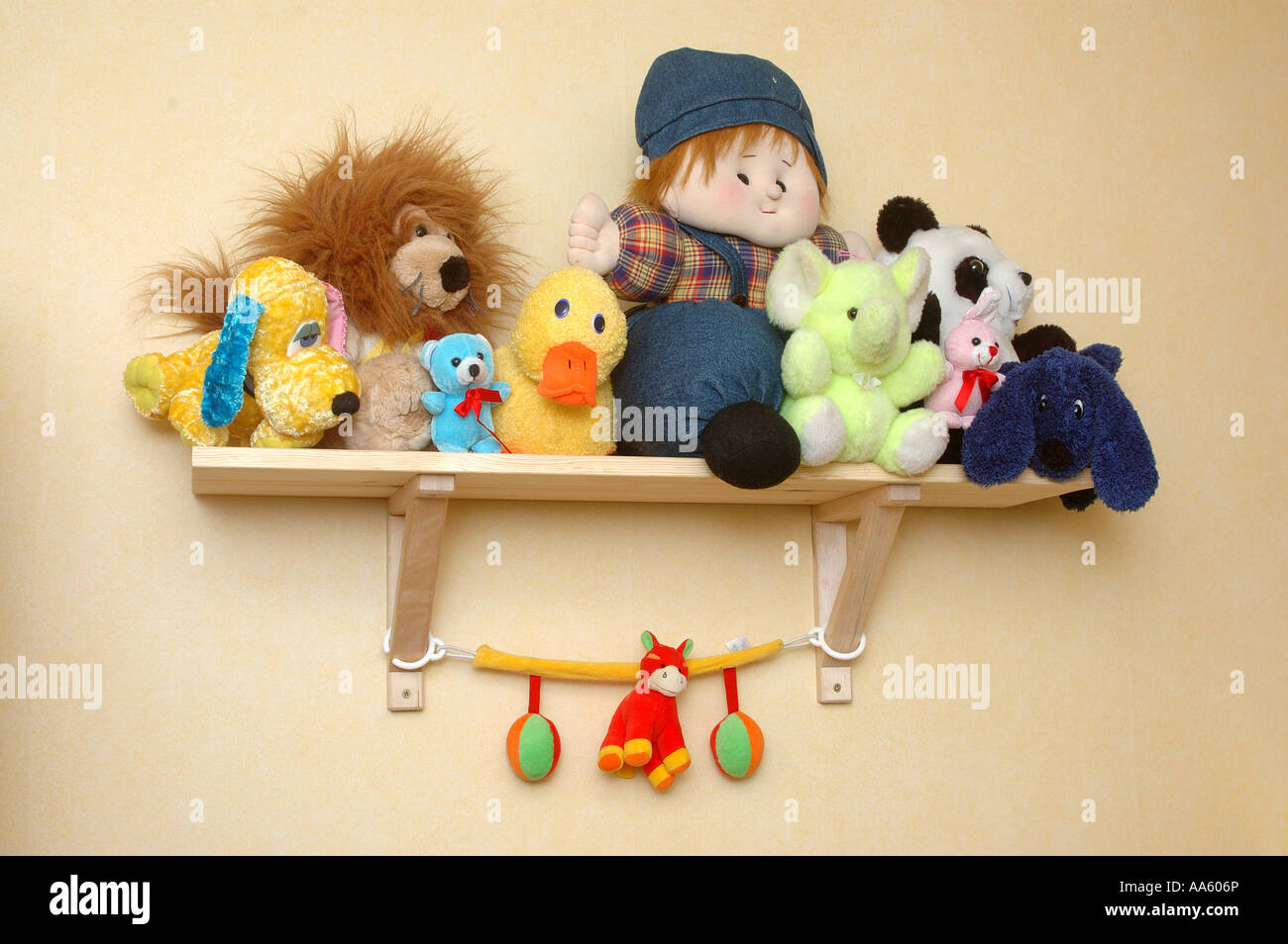 ANG104062 Soft toys kept on the shelf in the childs bed room - Stock Image