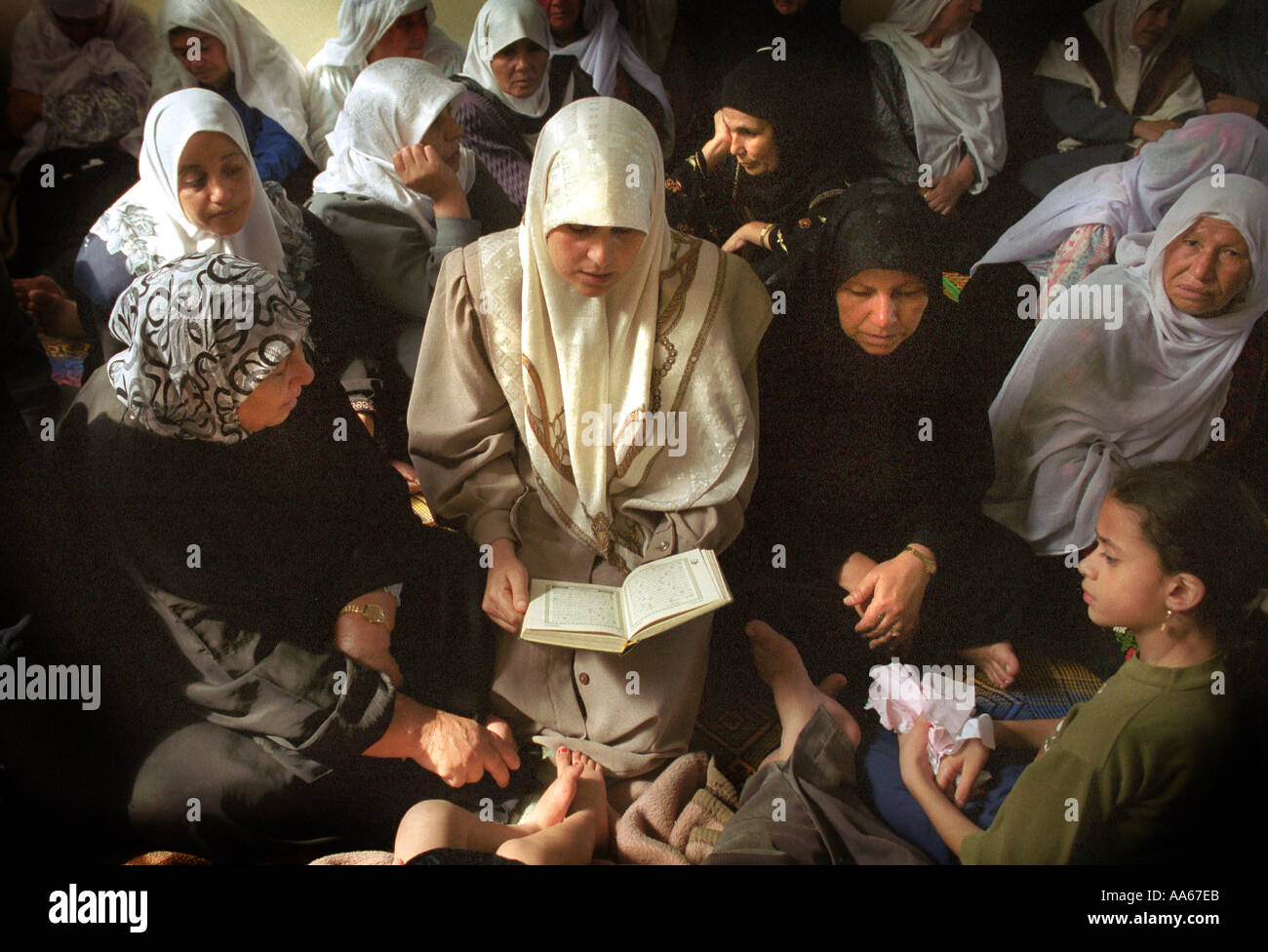 Muslim women pray at the funeral of Yusuf Khalifa 18 in Gaza Monday October 9 2000 Photo by Ami Vitale - Stock Image