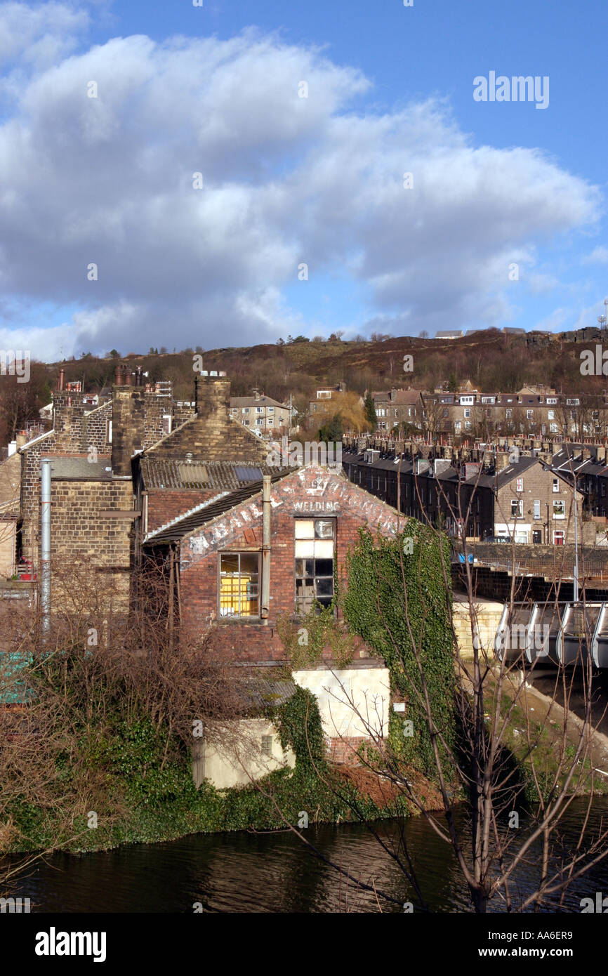 Terraced properties in Bingley Ferncliffe with new footbridge over canal visible at right - Stock Image