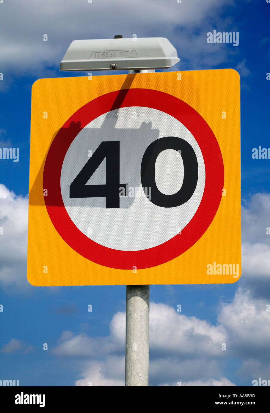 ROAD TRAFFIC SPEED LIMIT SIGN 40 MPH ENGLAND UK - Stock Image