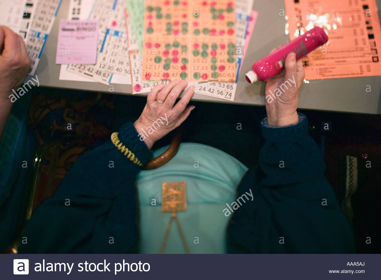 Senior woman playing bingo - Stock Image