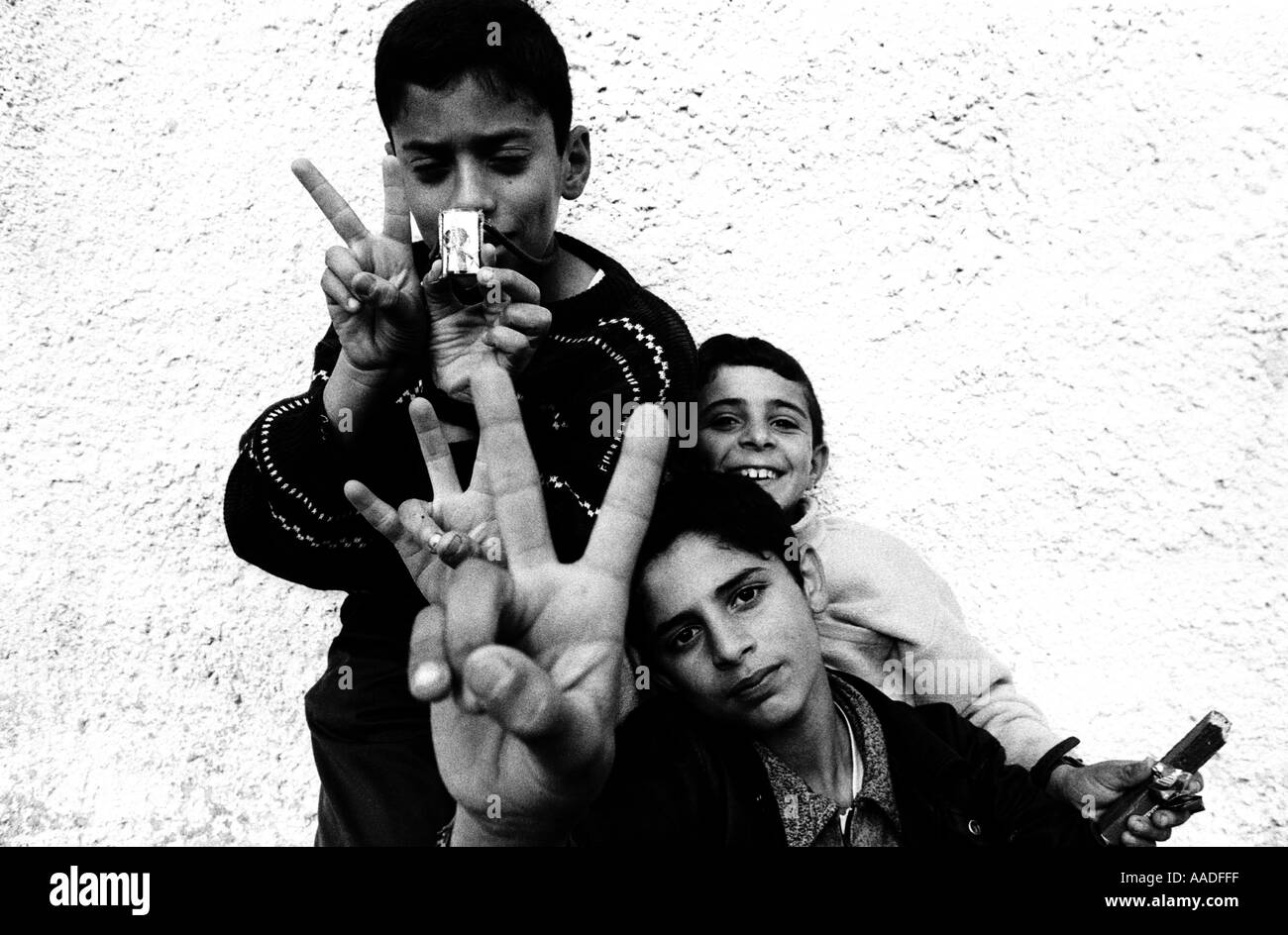 Palestinian young boys wave the victory sign - Stock Image