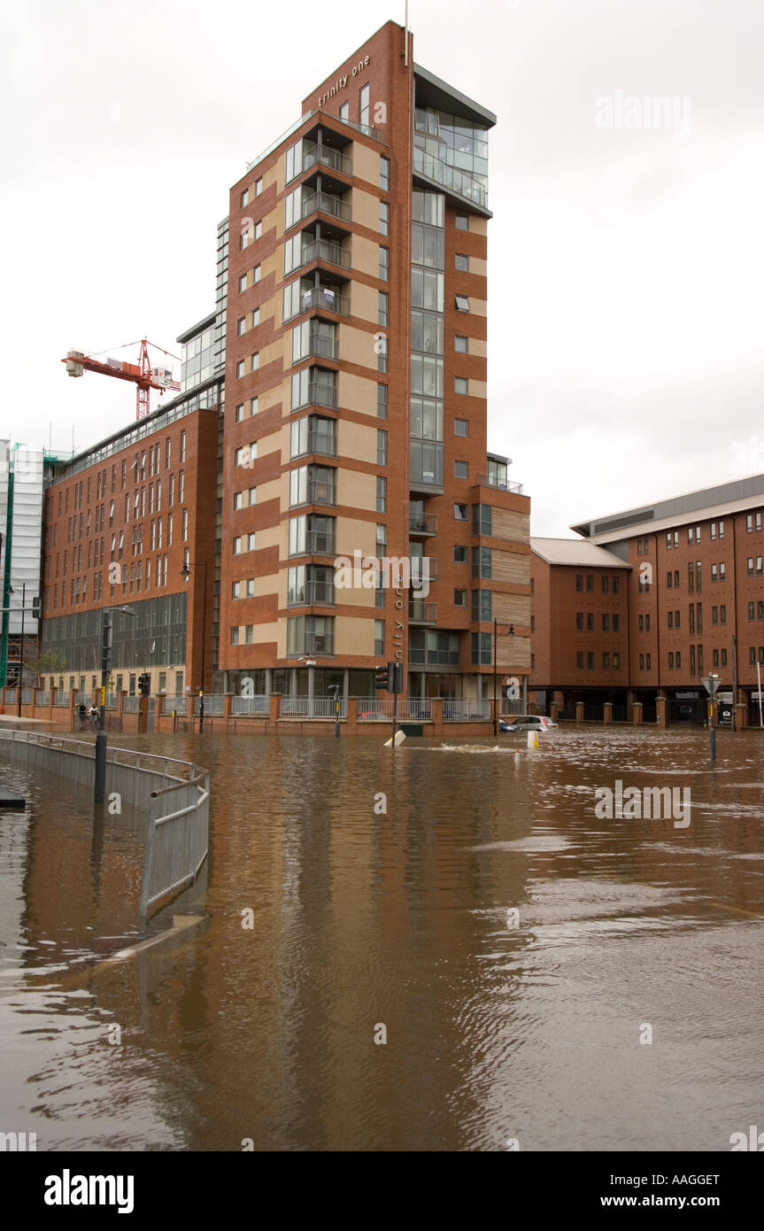 25 June 2007 Flooded River Aire at Neptune Street & East Street Leeds, with the Trinity One development in backgound Stock Photo