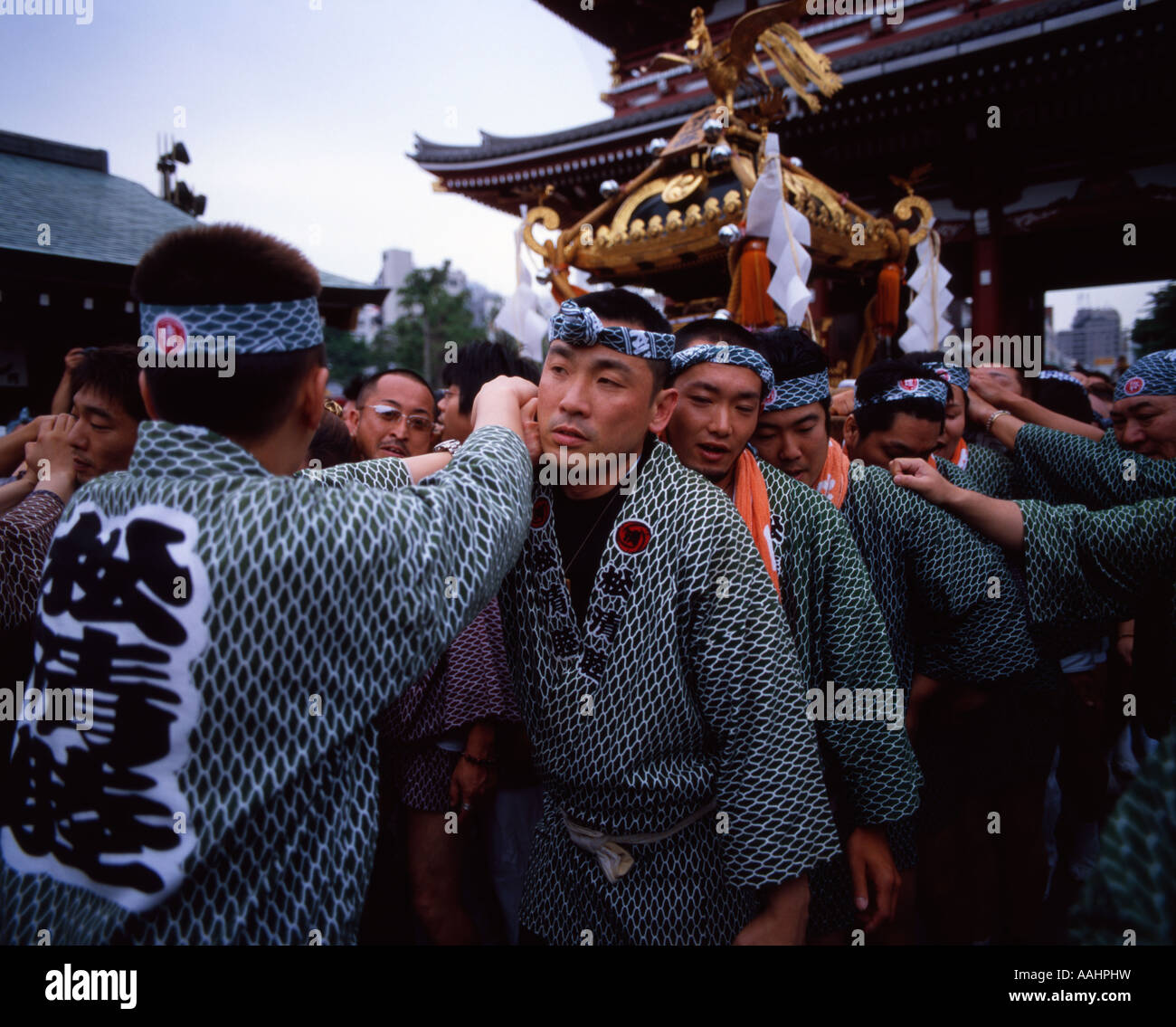 Carrying a portable shrine ( mikoshi ) at Tokyo's Sanja Matsuri held at Senso-ji Temple ( Asakusa Kannon ) - Stock Image