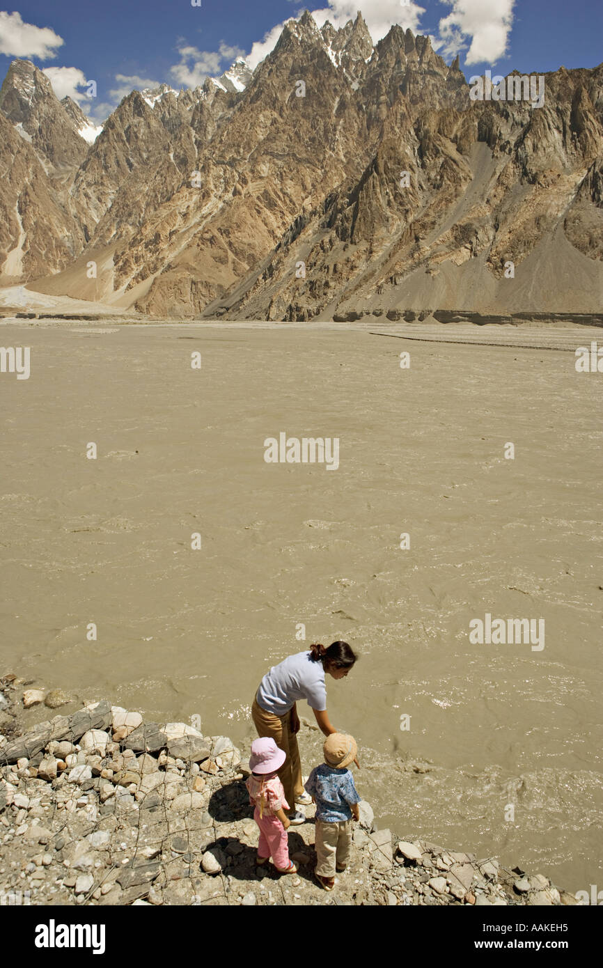Children looking at the mountains along the Karakoram Highway in Northern Pakistan - Stock Image