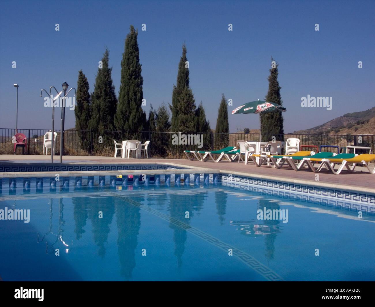 Swimming pool, showers and sunbeds, La Casa Pinta hostal, in ...