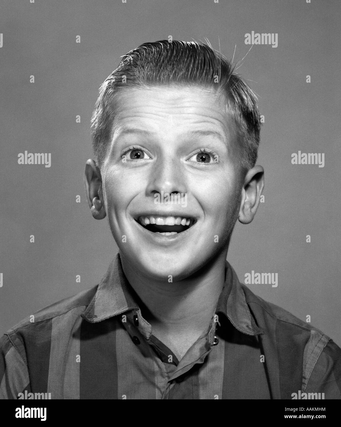 1960s PORTRAIT SMILING WIDE-EYED HAPPY SURPRISED TEENAGE BOY LOOKING AT CAMERA - Stock Image