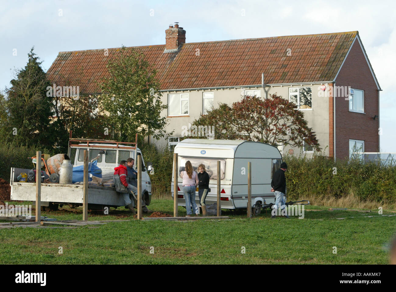 GYPSY TRAVELLERS SET UP A ILLEGAL CAMP IN FRONT OF HOUSES ON A SITE IN NORTH CURRY SOMERSET, ENGLAND Stock Photo