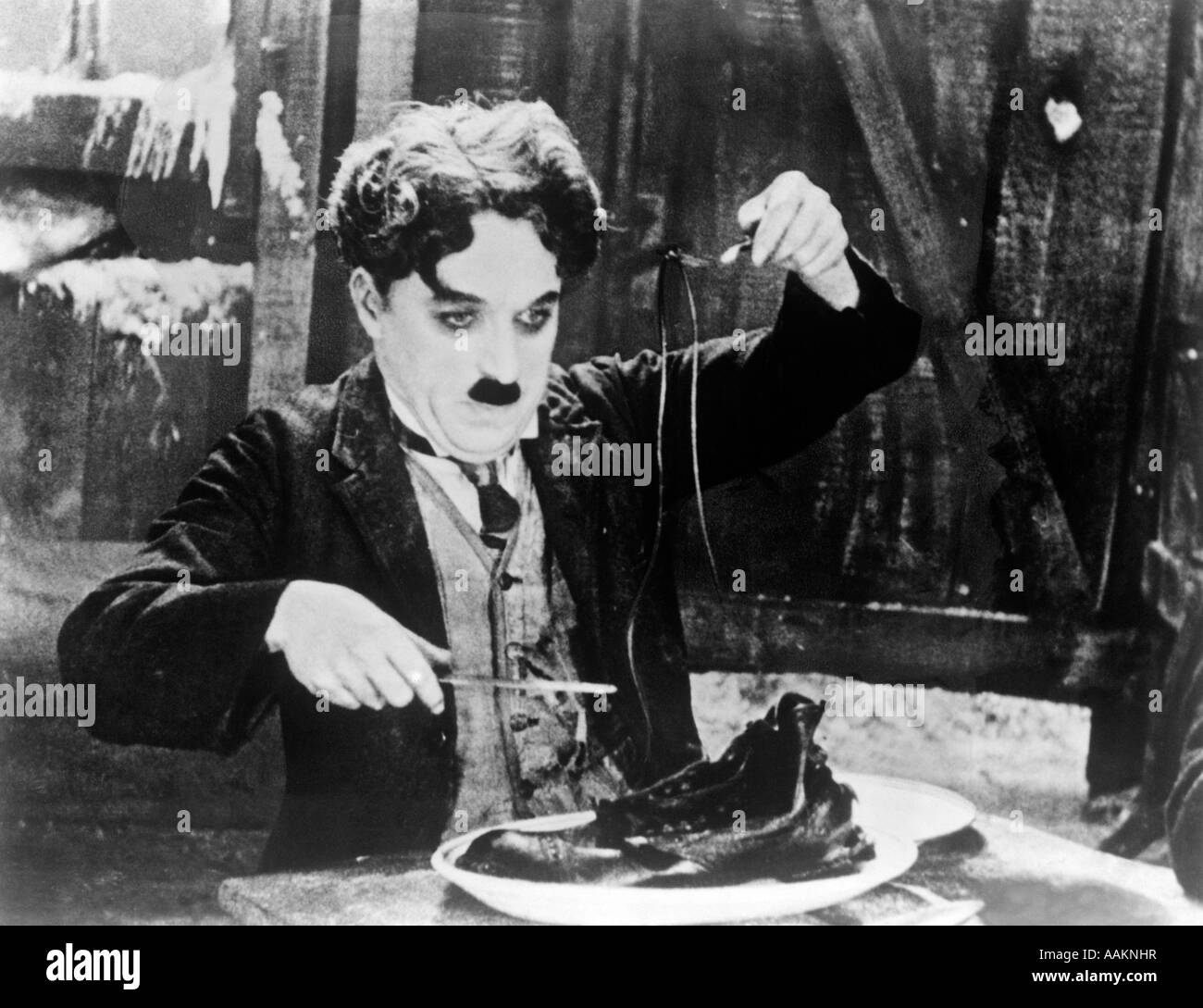 1920s CHARLES CHAPLIN EATING SHOE IN SCENE FROM 1925 FILM THE GOLD RUSH - Stock Image