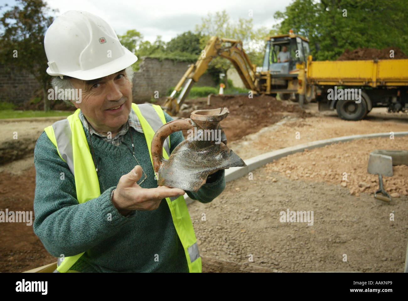 A ARCHAELOGIST SHOWS SOME ARTIFACTS FOUND ON A DIG IN MONMOUTH, WALES, UK. Stock Photo