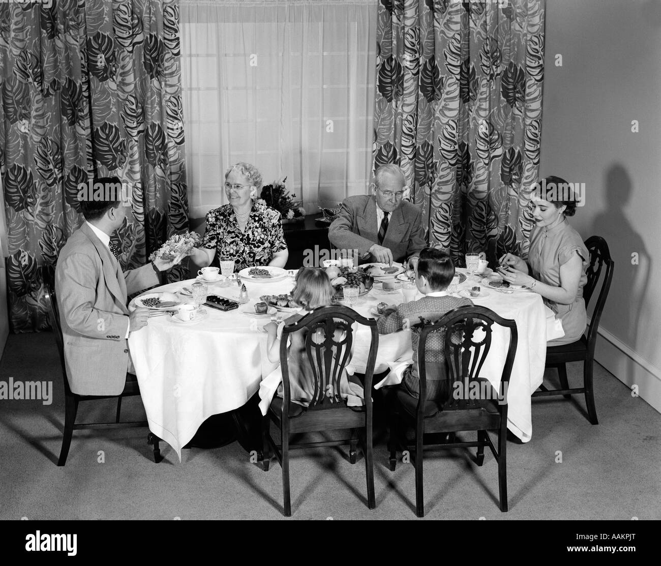 1950s THREE GENERATION FAMILY DINNER - Stock Image