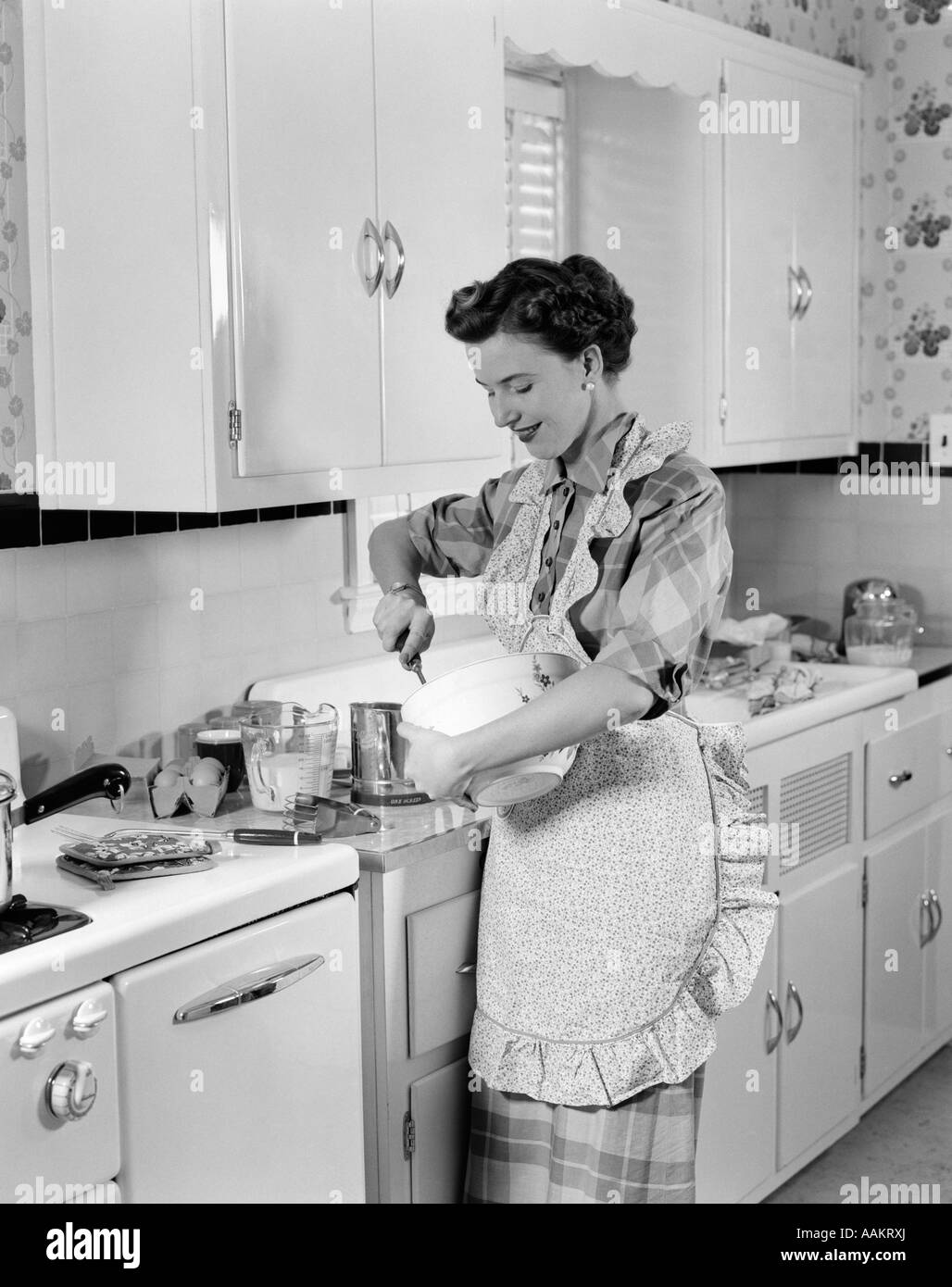 1950s Woman Kitchen Black And White Stock Photos Images Alamy