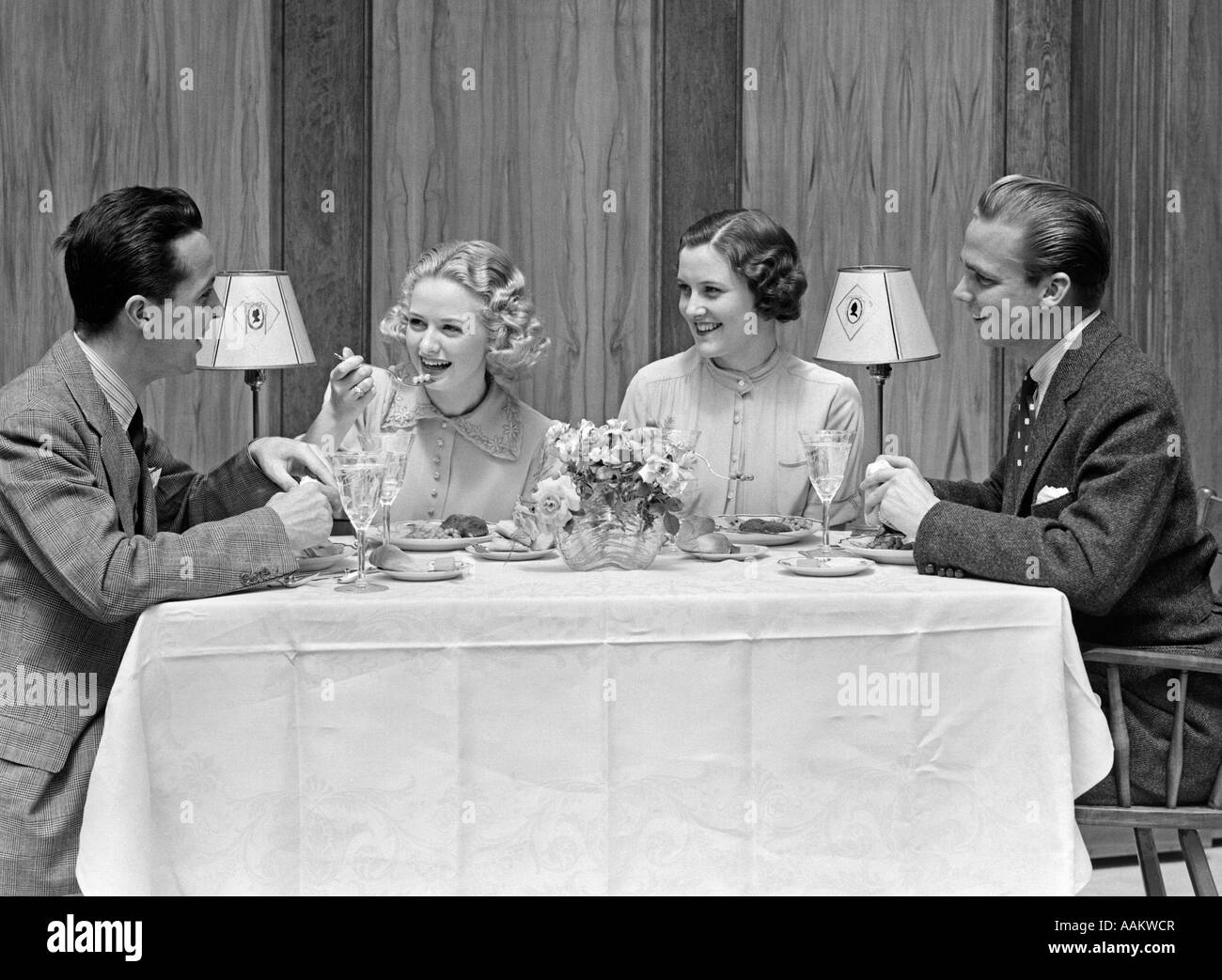 1930s 1940s TWO COUPLES DINING AT RESTAURANT TABLE - Stock Image