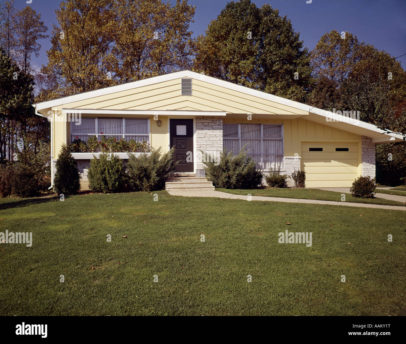 1960s HOUSE LAWN YARD - Stock Image