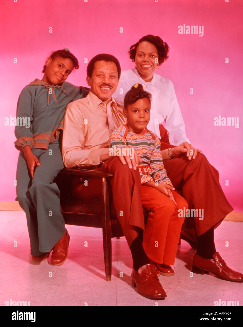1970s PORTRAIT HAPPY AFRICAN AMERICAN FAMILY - Stock Image