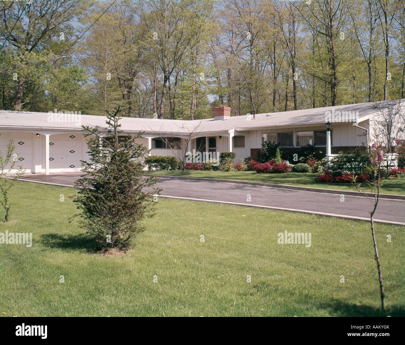 1960s SUBURBAN HOME HOUSE RANCHER DRIVEWAY - Stock Image