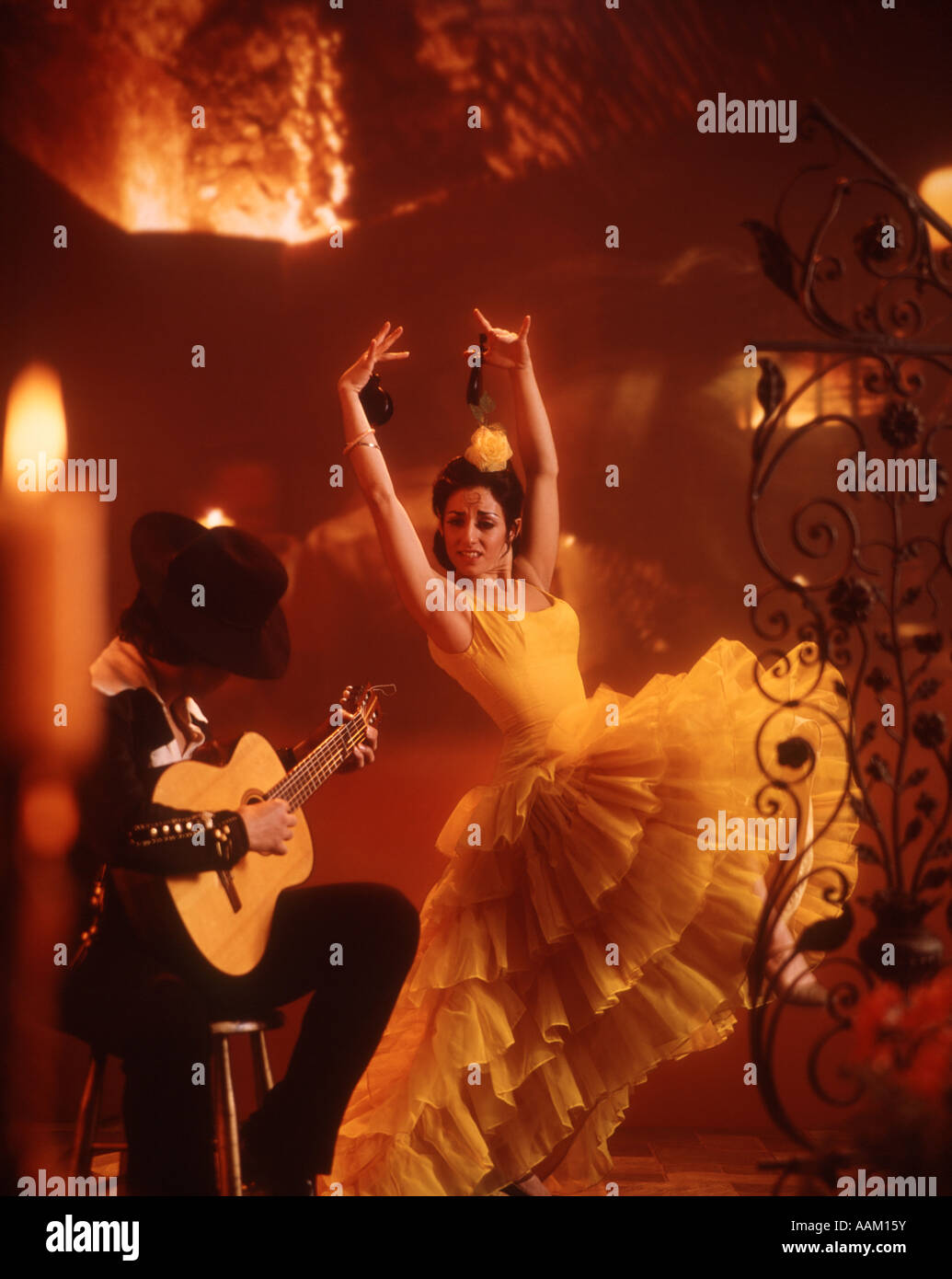 SINGLE FLAMENCO DANCER WOMAN GUITAR MAN MUSICIAN SPANISH LATIN ATTITUDE WILD FAST TOGETHER INDOOR ROMANCE MYSTERY - Stock Image