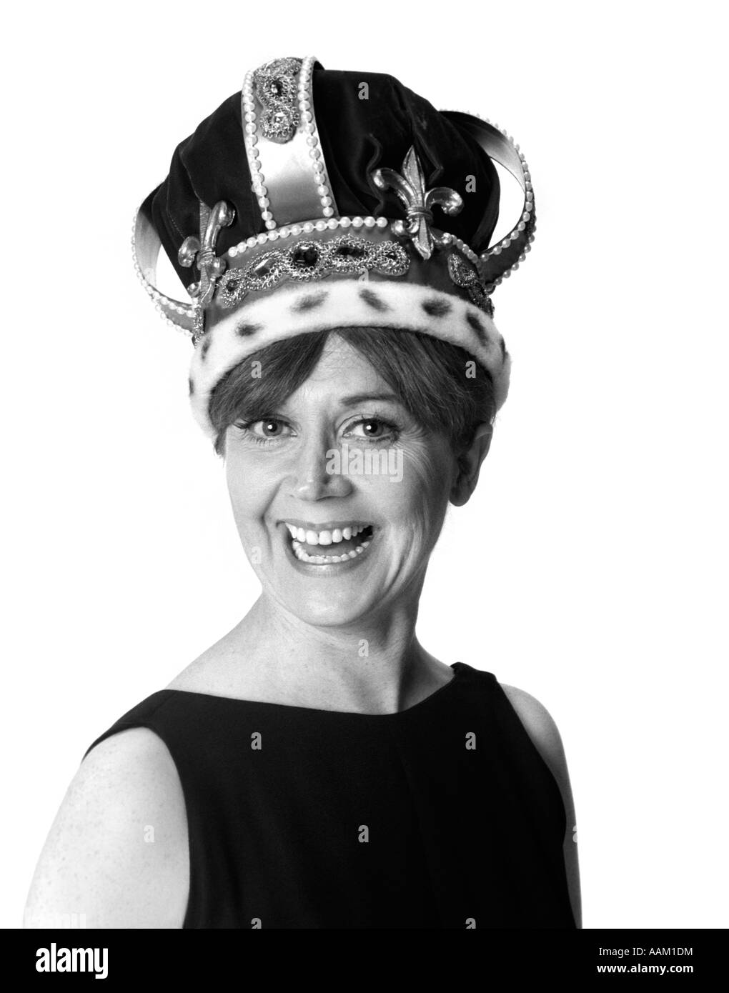 1970s SMILING PORTRAIT WOMAN WEARING QUEEN'S CROWN LOOKING AT CAMERA - Stock Image