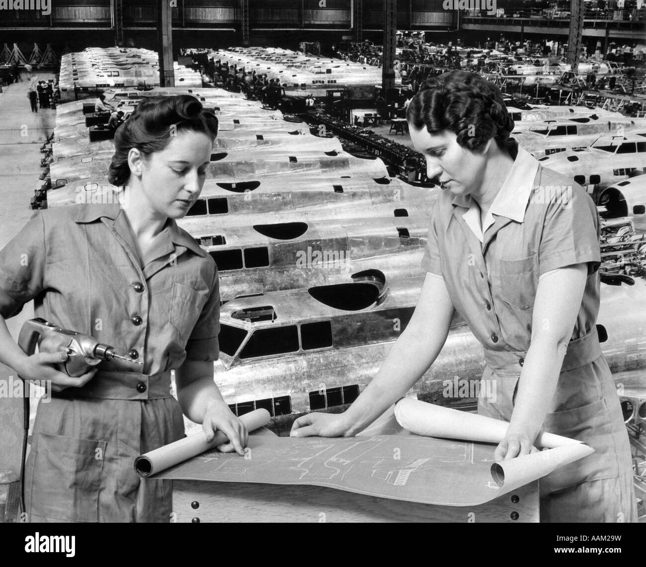WOMEN WORKERS BLUEPRINTS FACTORY 1940s ROSIE RIVETER WOMAN WARTIME WORKER WW2 WWII WORLD WAR 2 AIRPLANE AIRPLANES - Stock Image