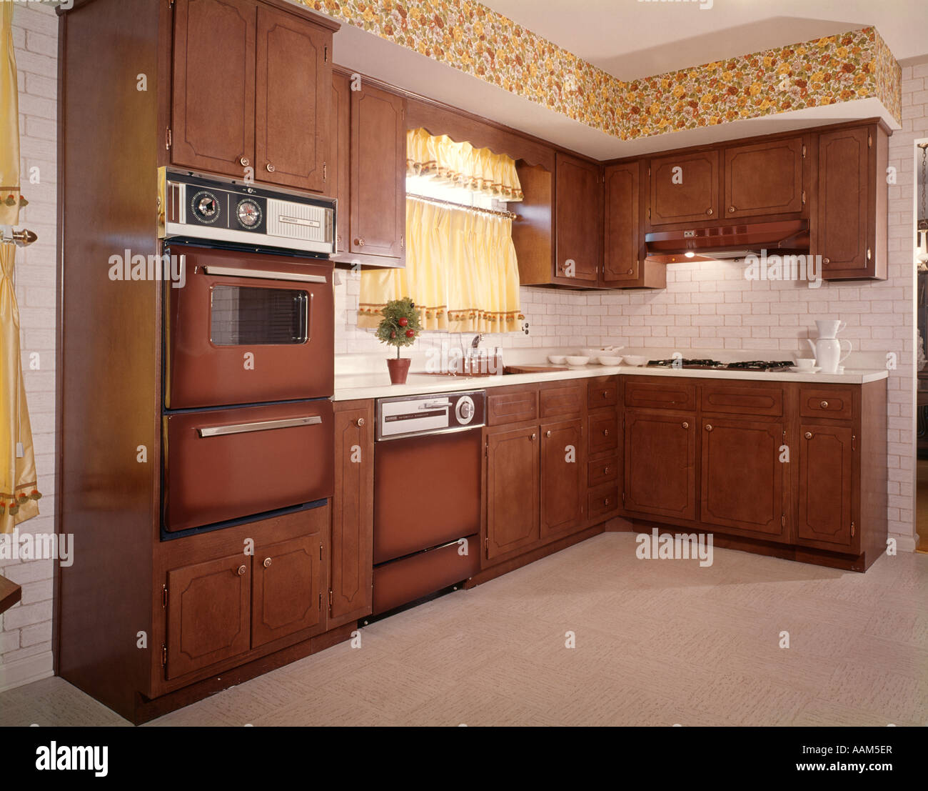 1970s KITCHEN BROWN CABINETS YELLOW CURTAINS Stock Photo