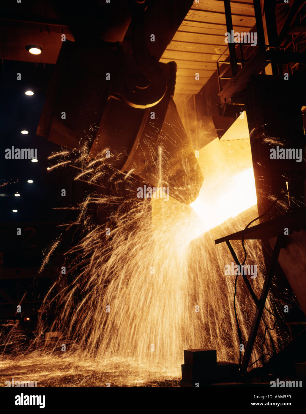 1940s 1950s 1960s 1979s POURING STEEL - Stock Image