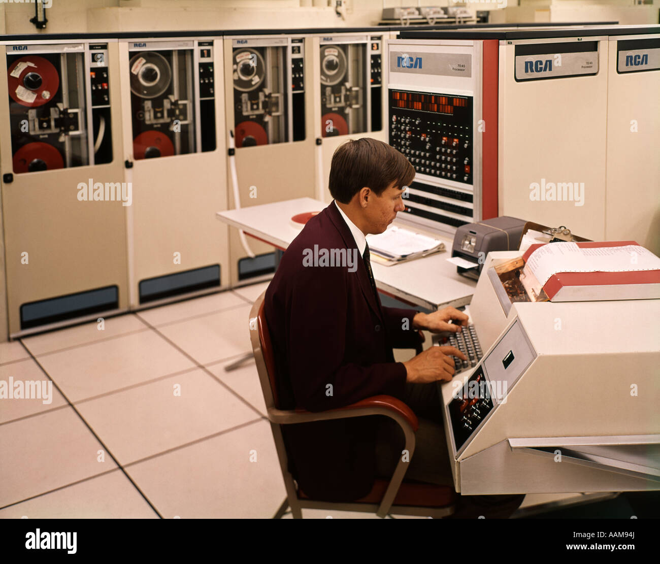 1970s MAN SEATED KEYBOARD WORK STATION RCA INFORMATION SYSTEM DATA PROCESSING MAINFRAME TECHNOLOGY - Stock Image