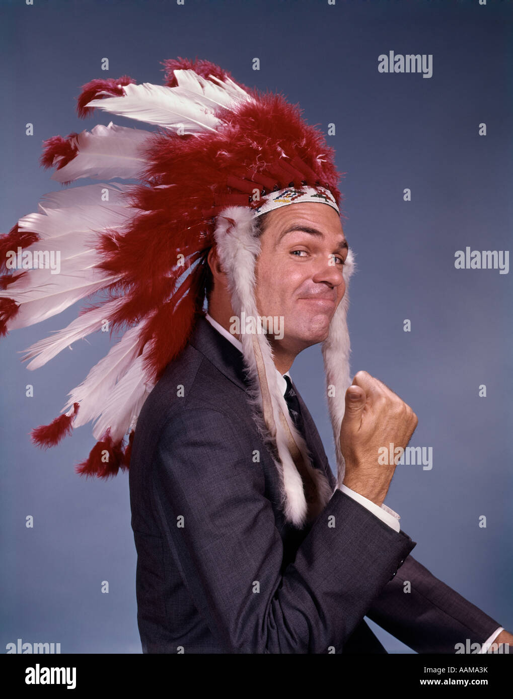 1960s CHARACTER MAN NATIVE AMERICAN INDIAN CHIEF FEATHER HEADDRESS FACIAL EXPRESSION GESTURE RETRO VINTAGE - Stock Image