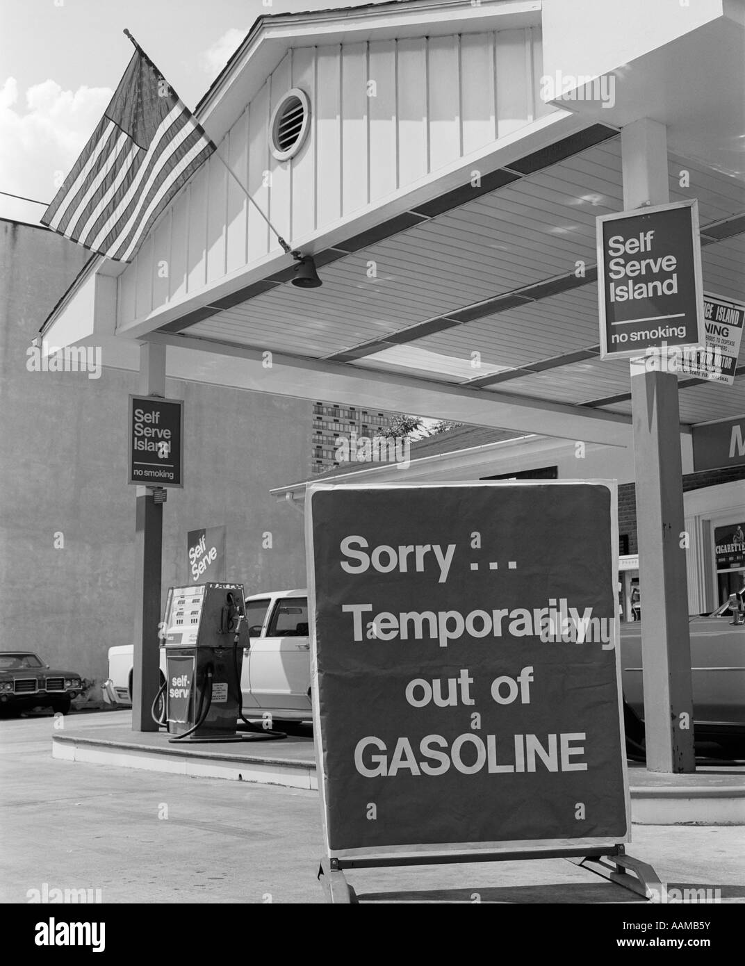 1970s SORRY TEMPORARILY OUT OF GASOLINE SIGN AT SELF SERVICE GAS STATION DURING 1973 OPEC OIL SHORTAGE CRISIS - Stock Image