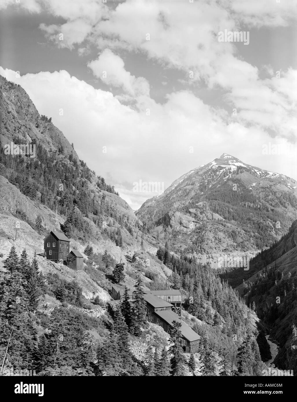 1930s OLD MINE BUILDINGS IN MOUNTAINS - Stock Image