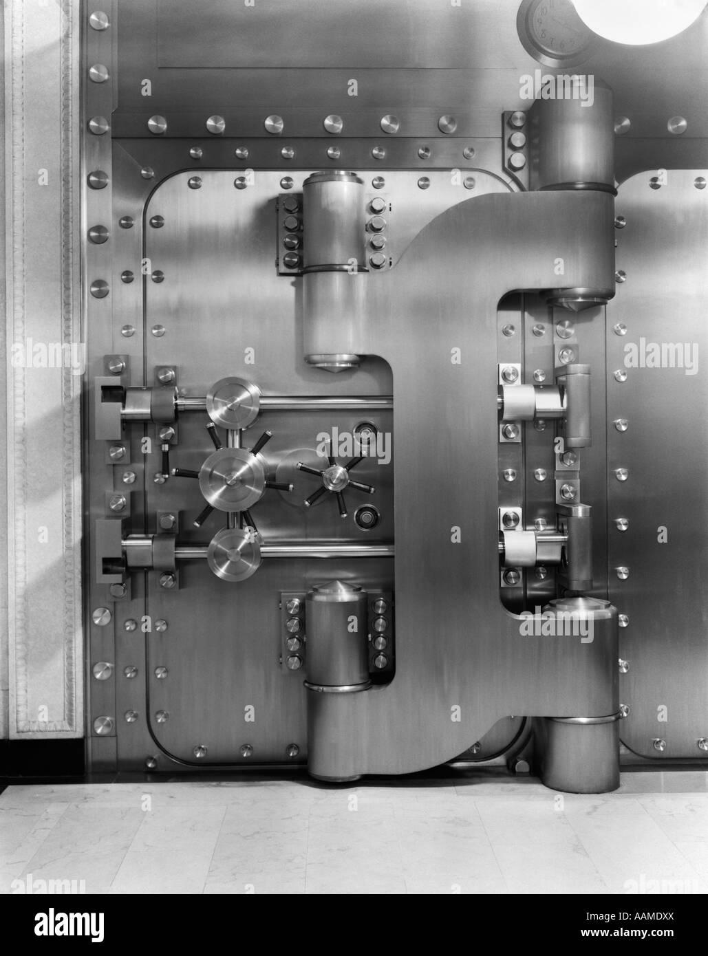 1930s CLOSED BANK VAULT DOOR - Stock Image