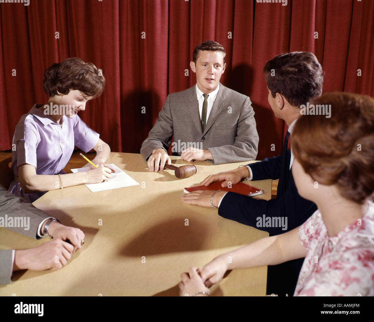 COLLEGE STUDENTS MEETING COUNCIL 1960 1960s RETRO - Stock Image