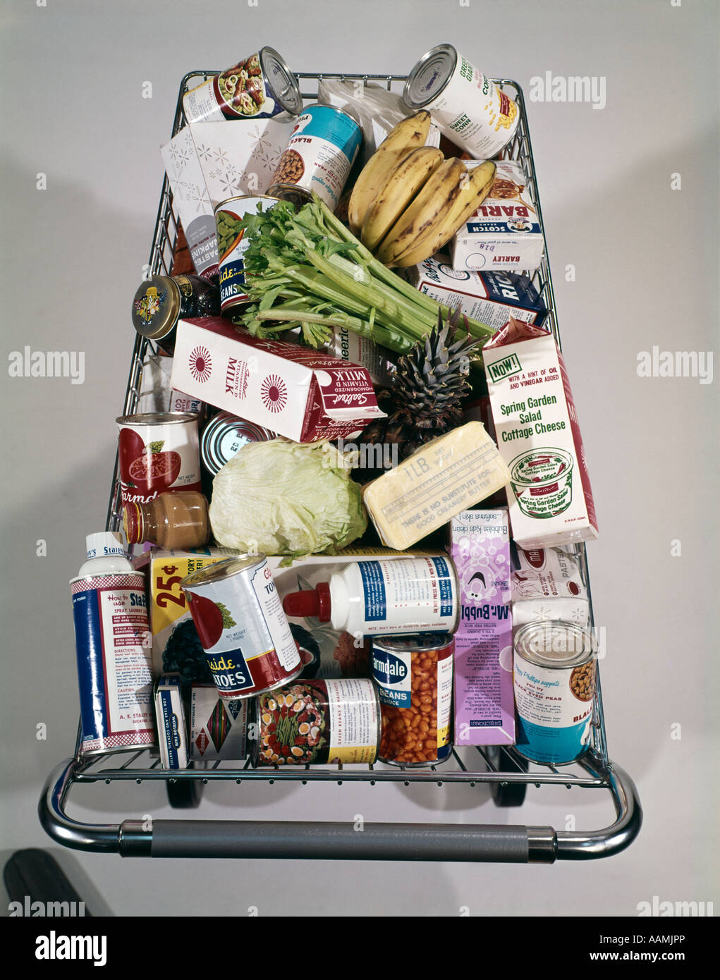 1960s TOP VIEW OF FULL SUPER MARKET FOOD GROCERY SHOPPING CART PACKED - Stock Image