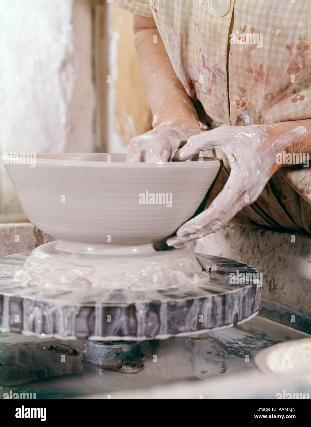ARTS AND CRAFTS POTTERY WHEEL CLAY 1960 1960s RETRO - Stock Image