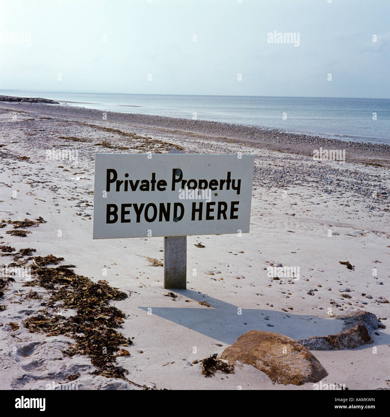PRIVATE PROPERTY BEYOND HERE BEACH SIGN OCEAN - Stock Image