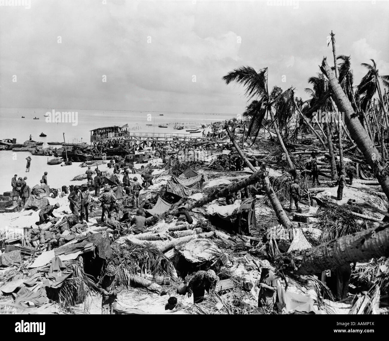 1940s BEACH AT TARAWA AS THE 6TH REGIMENT OF MARINES LANDS - Stock Image