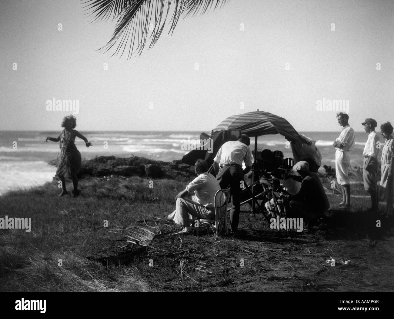 1920s MOVIE CREW FILMING GILDA GRAY IN GRASS SKIRT HULA DANCING IN ALOMA OF THE SOUTH SEAS - Stock Image