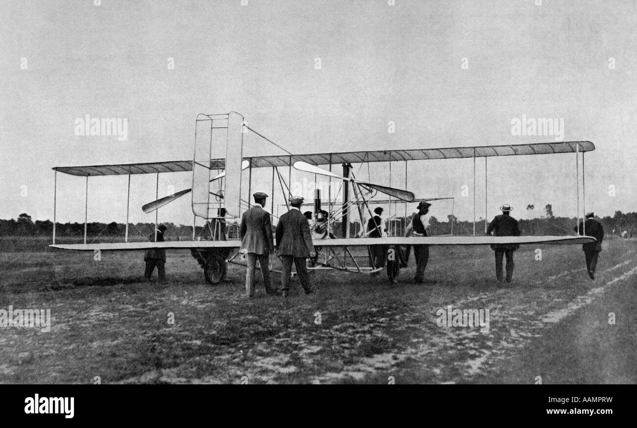 1900s WILBUR WRIGHT BROTHERS SHOWS DEMONSTRATES PLANE FLYING MACHINE TO FRENCH WAR OFFICE AT LE MANS AVIATION AIRPLANE - Stock Image
