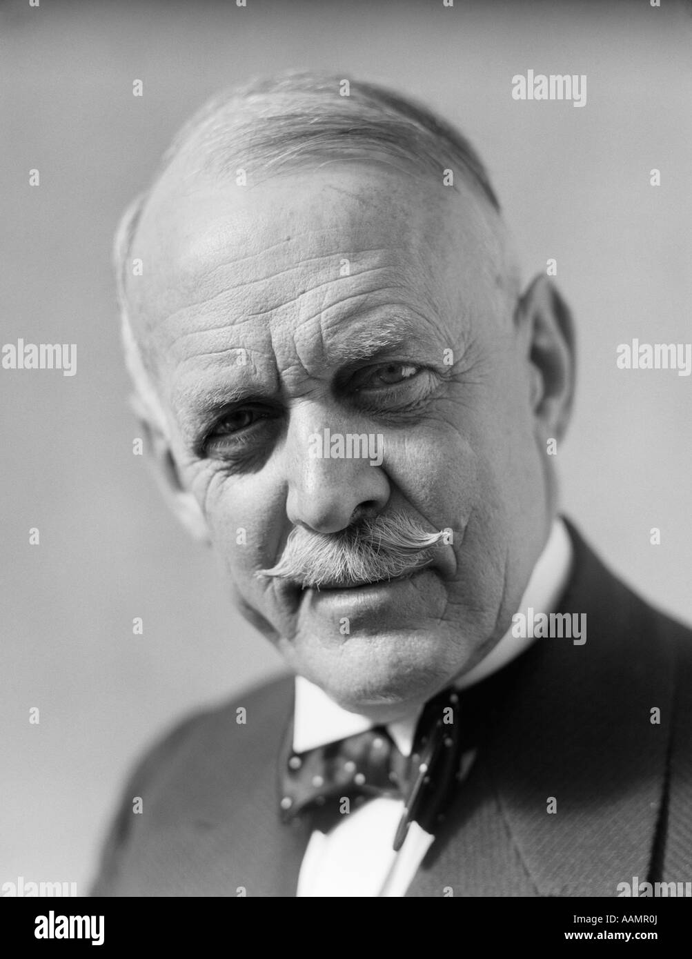1930s PORTRAIT SENIOR OLDER MAN BOW TIE MUSTACHE SERIOUS FACIAL EXPRESSION CONCERN WORRY - Stock Image